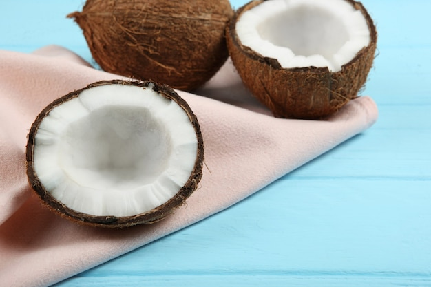 Noce di cocco rotta su un primo piano colorato del fondo