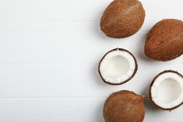 Noce di cocco rotta su un primo piano bianco del fondo