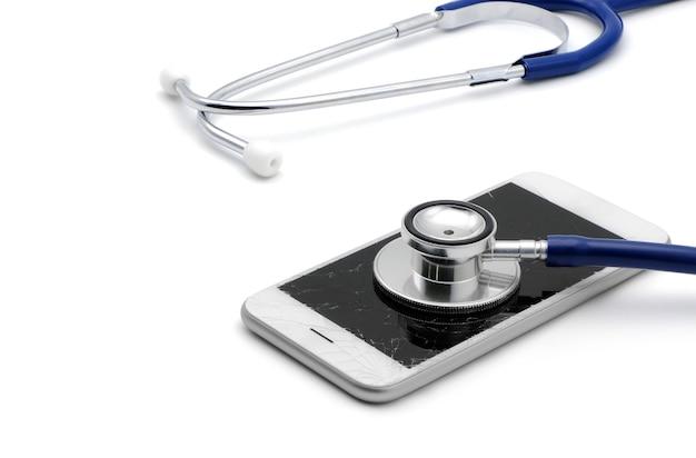 Touch screen rotto e incrinato dello smartphone con stetoscopio per il servizio di riparazione della diagnosi