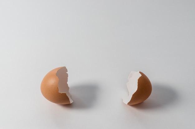 Uovo rotto su bianco.