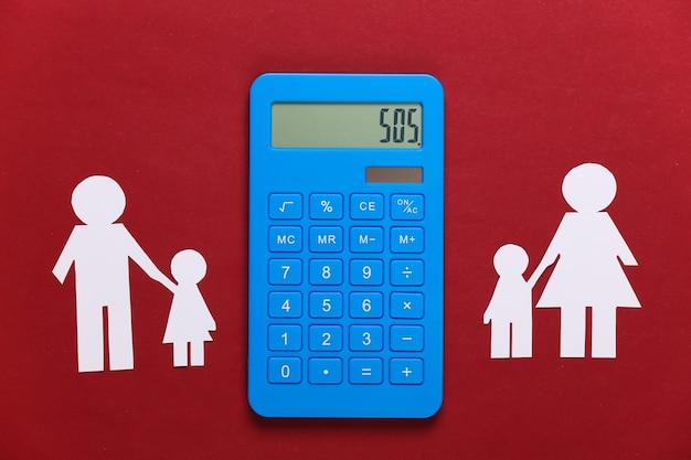 Famiglia distrutta, divorzio. concetto di divisione della proprietà. famiglia di carta divisa, calcolatrice su un rosso
