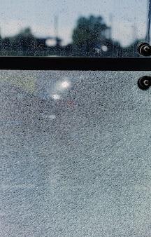 Vetro rotto, sfondo della finestra incrinata. foto verticale