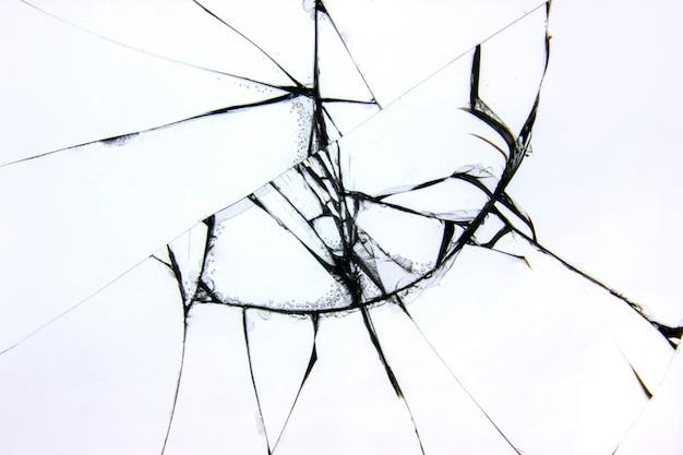 Trama di vetro rotto su uno sfondo bianco. il vetro protettivo del telefono è rotto dalla noia. crepe su materiale trasparente danneggiato.