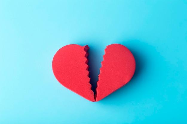 Cuore spezzato su uno sfondo colorato. amore infelice