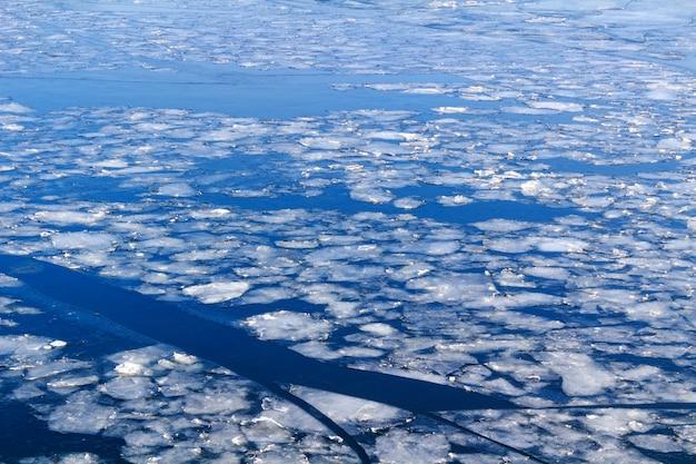 Rotture di ghiaccio sulla superficie del fiume