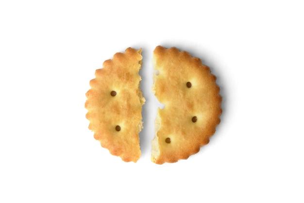 Cracker di sale rotto isolato su sfondo bianco. vista dall'alto.