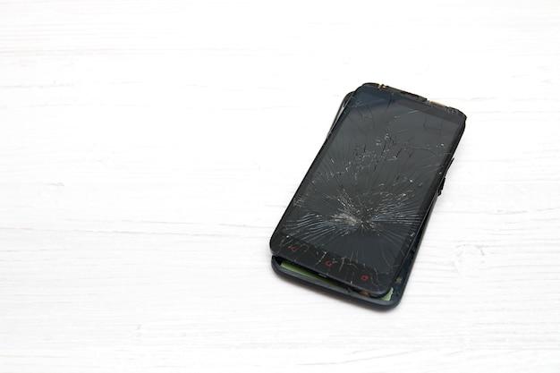 Smartphone rotto su bianco