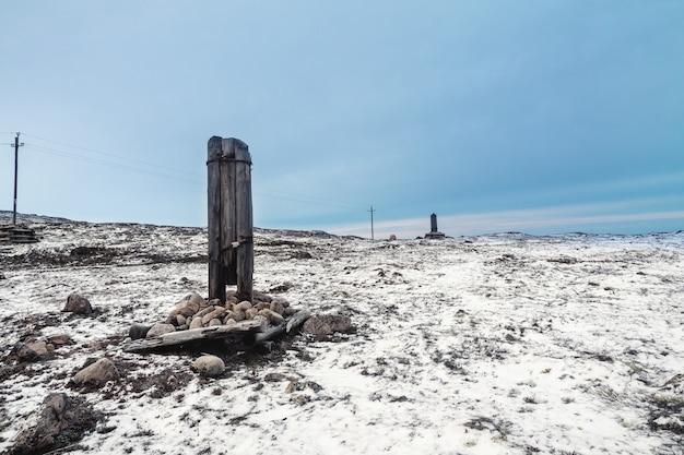 Un palo del telegrafo rotto su una collina artica innevata