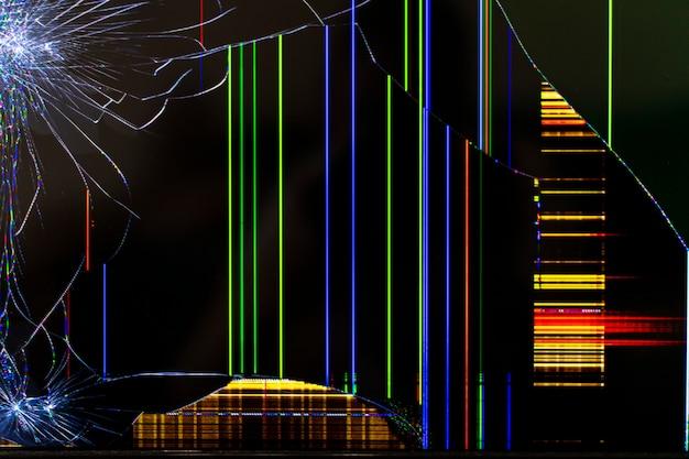 Schermo tv rotto con strisce luminose colorate da vicino