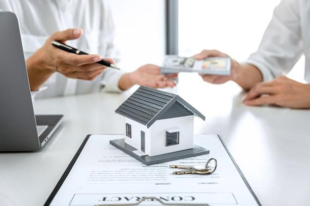 Agente del mediatore che presenta e consulta i dettagli al cliente per prendere la decisione di un prestito immobiliare