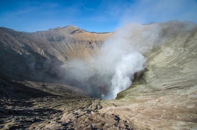 Bromo è un vulcano attivo in indonesia il fumo emana dal vulcano bromo tengger semeru national park java island indonesia