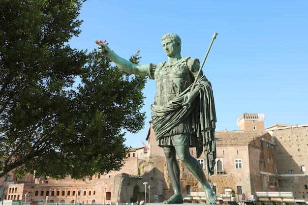 Statua in bronzo di augusto il primo imperatore di roma, italia