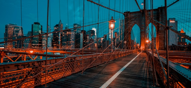 Ponte di brooklyn all'alba, new york.
