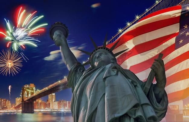 Il ponte di brooklyn guarda la statua della libertà nella bandiera americana con fuochi d'artificio al design per il giorno dell'indipendenza del 4 luglio