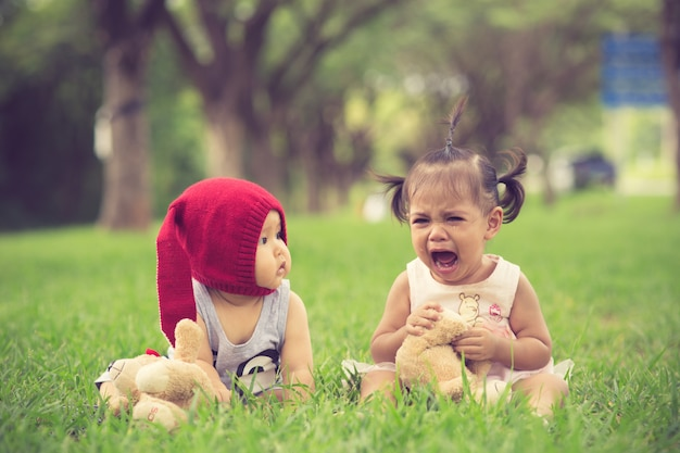 Il fratello calma una sorella che piange