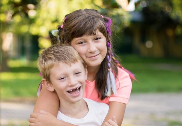 Fratello e sorella si divertono insieme al parco