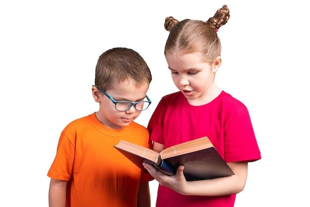 Fratello e sorella con un libro. isolato su uno sfondo bianco. per qualsiasi scopo.