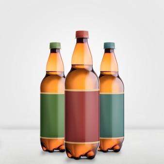 Mock-up di bottiglie di birra marrone isolato su bianco - etichetta vuota