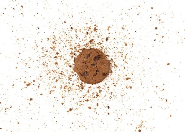 Biscotti marroni con gocce di cioccolato isolati su sfondo bianco.