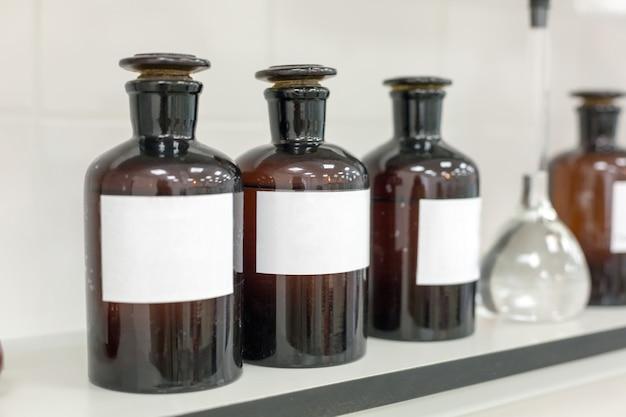 Bottiglie marroni sullo scaffale in laboratorio.