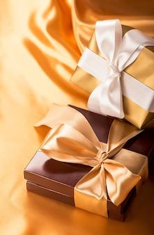 Scatola marrone con caramelle e nastro dorato da vicino