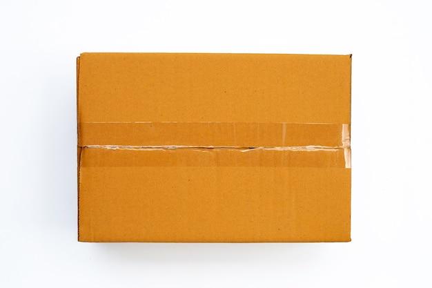 Scatola di cartone marrone su sfondo bianco.