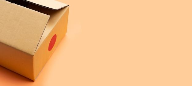 Scatola di cartone marrone con copia spazio