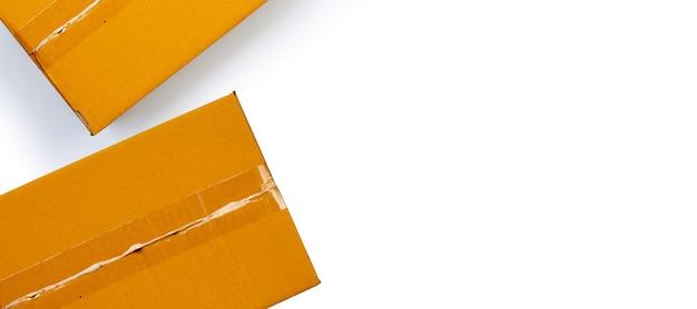 Scatole di cartone marrone su sfondo bianco.