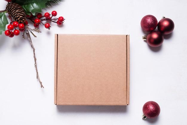 Scatola postale in cartone marrone decorata con ornamenti natalizi