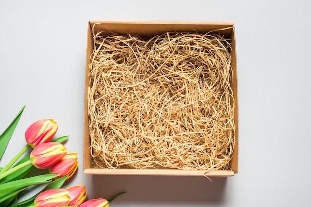 Scatola di cartone marrone, vista dall'alto mock up, concetto di primavera