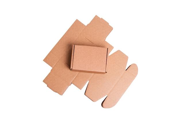 Scatola di cartone marrone, isolata