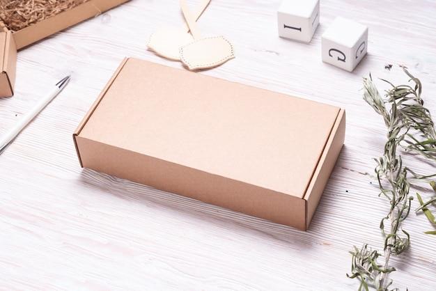Scatola di cartone marrone, su tavola di legno