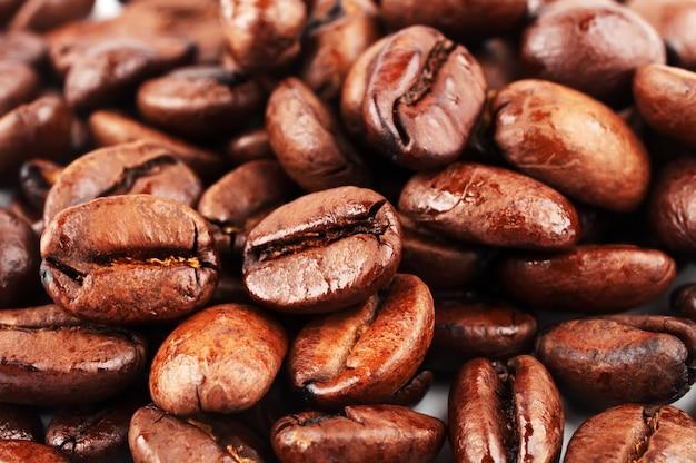 Chicchi di caffè marroni, close-up di chicchi di caffè per lo sfondo e la consistenza