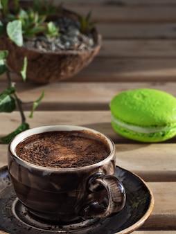 Tazza marrone con caffè espresso e amaretti. avvicinamento.