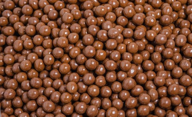 Confetto marrone, noci ricoperte di cioccolato, sfondo