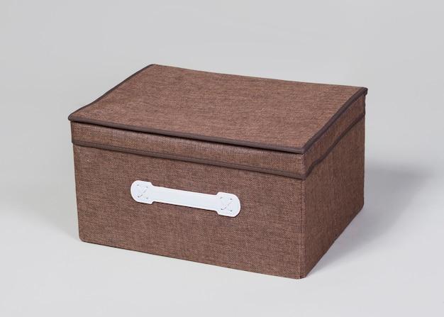 Scatola portaoggetti in tessuto marrone isolato su sfondo bianco