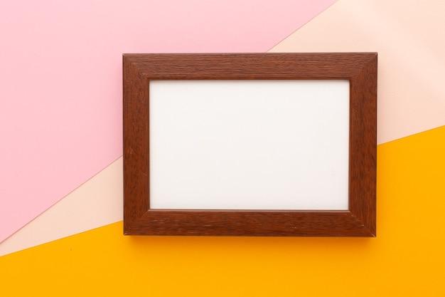 Cornice marrone su sfondo colorato con posto per il testo. foto di alta qualità