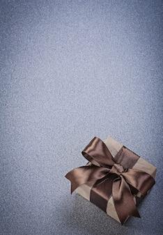 Confezione regalo marrone sul tavolo grigio
