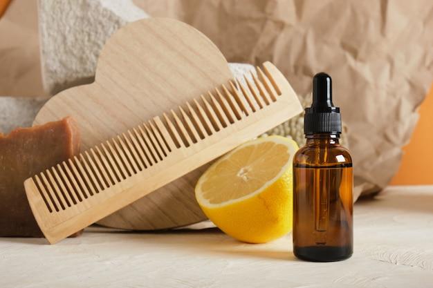 Flacone di vetro marrone con contagocce per siero o olio cosmetico su sfondo chiaro, concetto di cura del corpo ecologico
