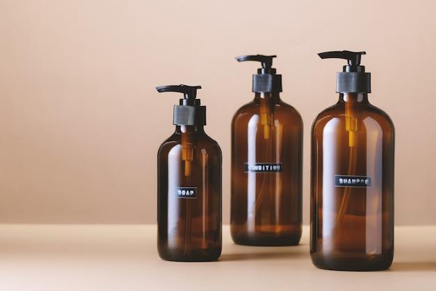 Vaso in vetro marrone per cosmetici naturali che acquistano prodotti senza imballaggi in plastica