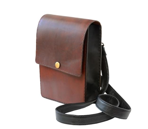 Borsa di lusso in pelle marrone isolata su bianco. accessori fatti a mano da uomo.