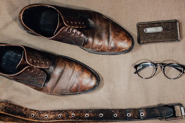 Scarpe retrò in pelle marrone cintura occhiali da sole steampunk e un orologio da tasca stile vintage