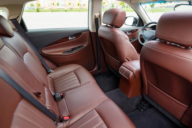 Sedili in pelle marrone nella nuova auto. rivestimenti interni in vera pelle.