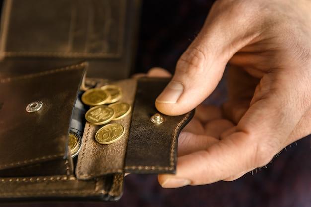 Portafoglio in pelle marrone con monete