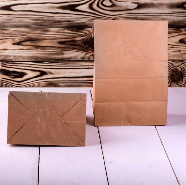 Pranzo al sacco marrone sul tavolo di legno bianco