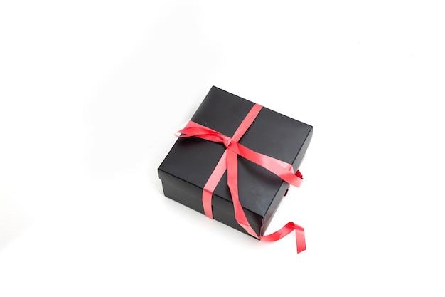 Pacchetto marrone per la consegna su sfondo bianco