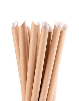 Cannucce di carta marrone, isolate su sfondo bianco.