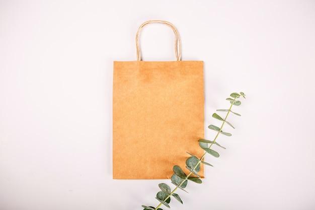 Le borse dei regali della carta marrone hanno isolato il fondo bianco
