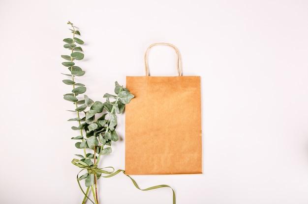 Sacchetti dei regali della carta marrone isolati su bianco