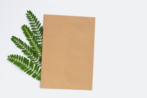 Carta marrone con foglie verdi